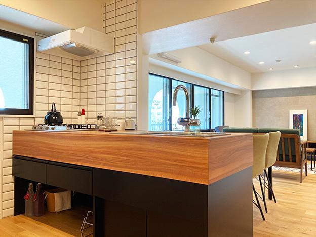 キッチンエリアからリビングをパシャリ。日当たりが良いお部屋です。オリジナルのシステムキッチンが映えていますね。