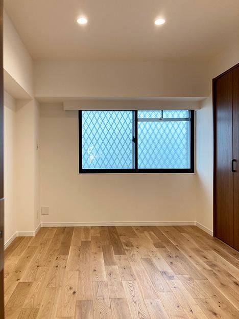 リビング奥のお部屋。たっぷりした容量のクローゼットと、もちろん窓が付いています。