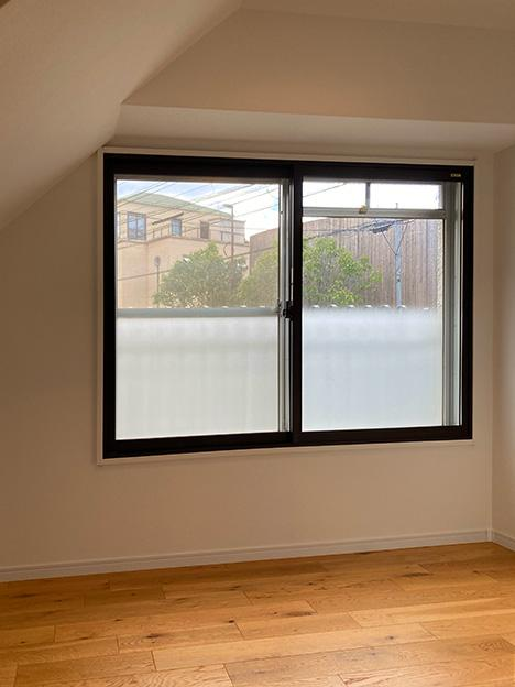 納戸の従来のイメージを覆す、窓が付いた明るい空間。