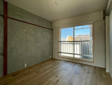 キッチン横の寝室。壁面のデザインが好きです。