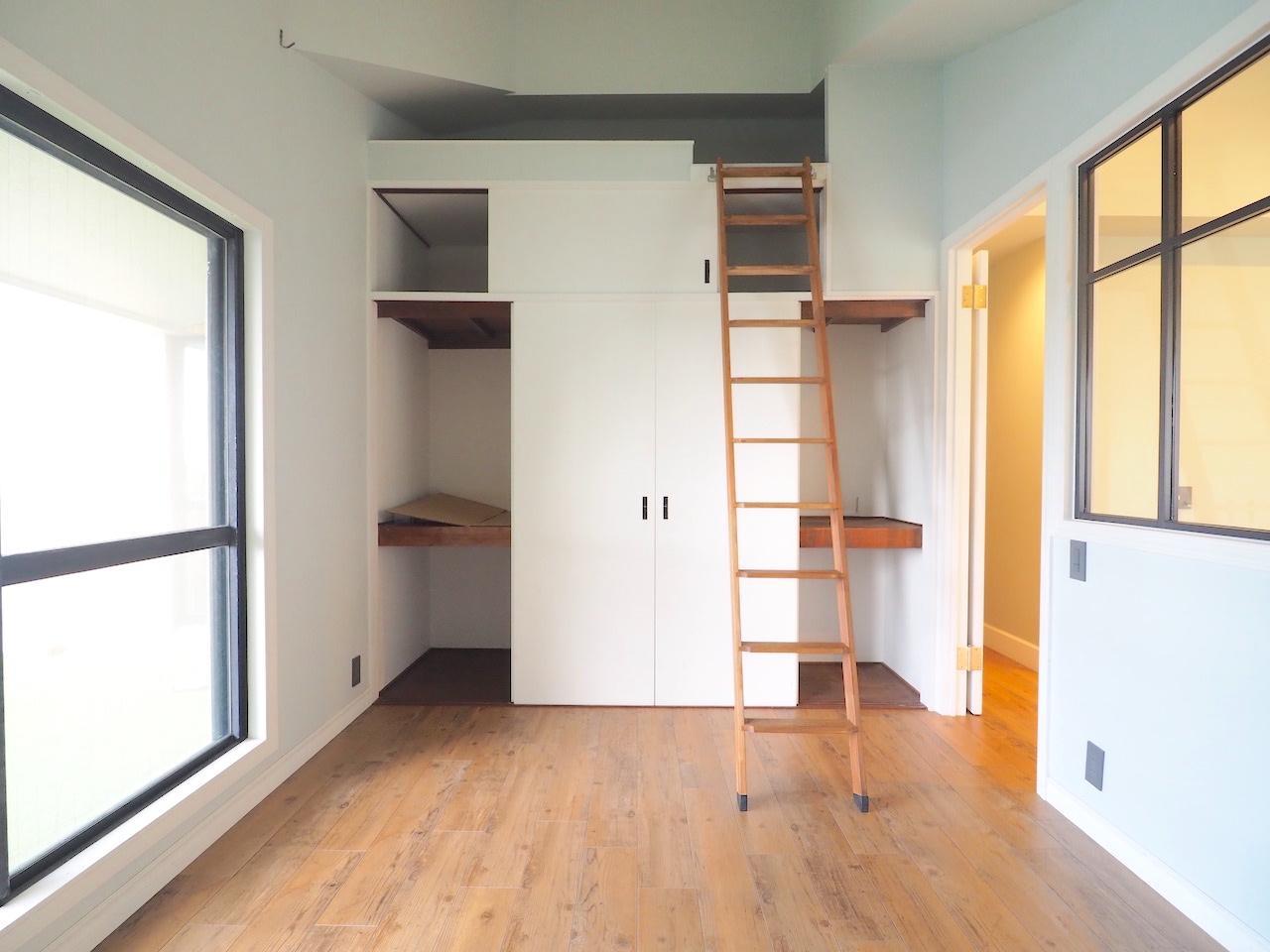 はしごの上も収納に。