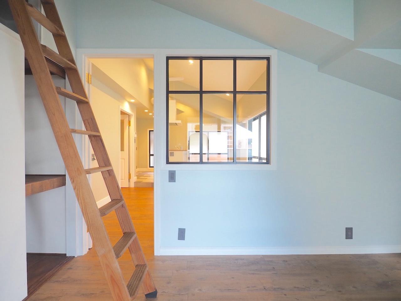 リビング横のお部屋。窓枠もかわいい。