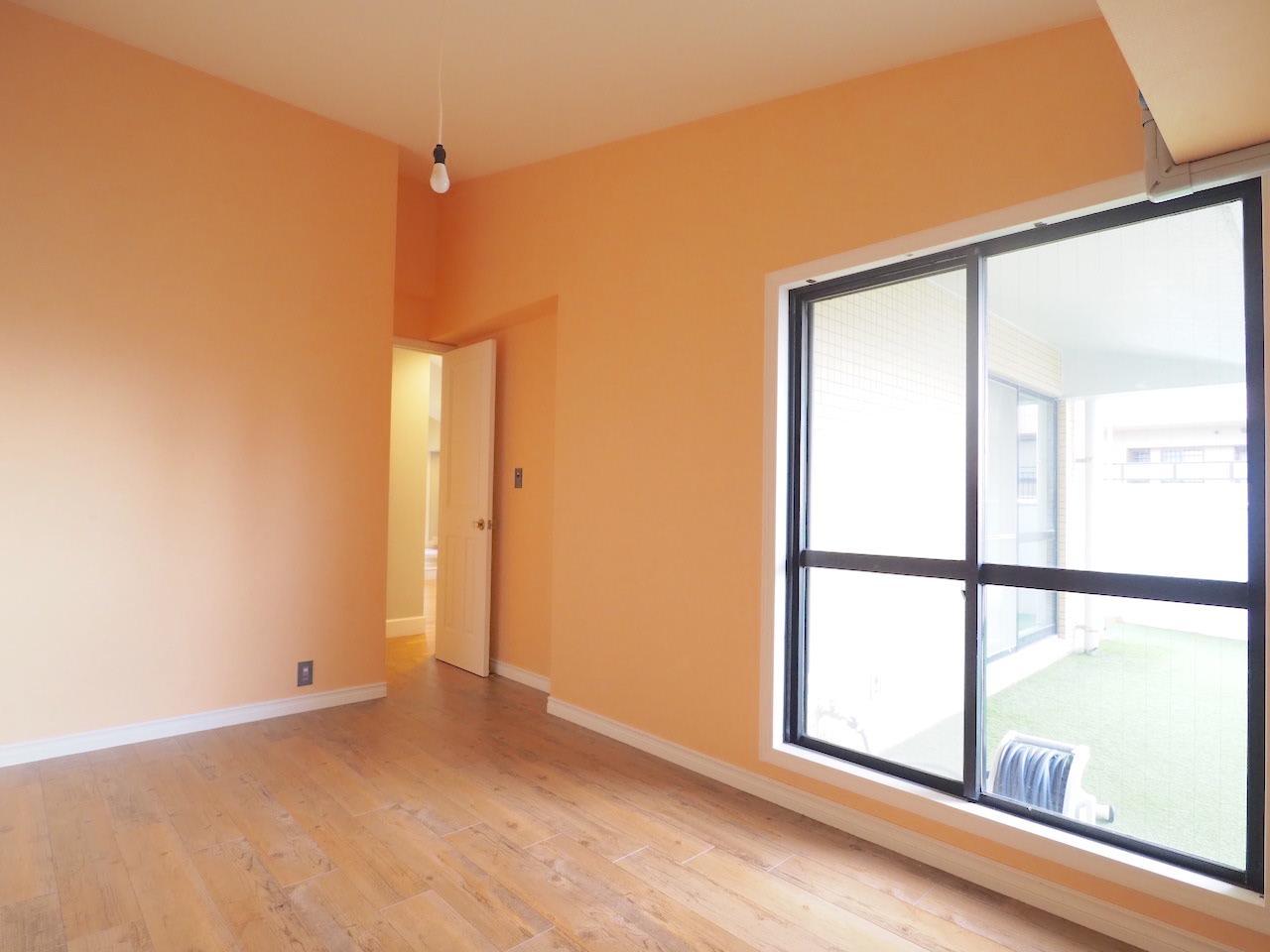 5.3帖の洋室。壁紙はペールオレンジ。