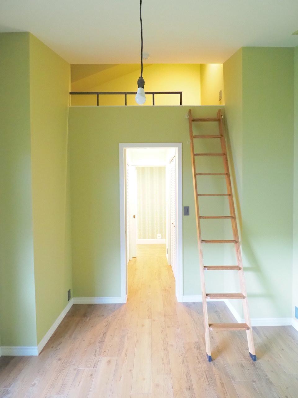 こちらはロフト付きのお部屋。壁紙はグリーン。