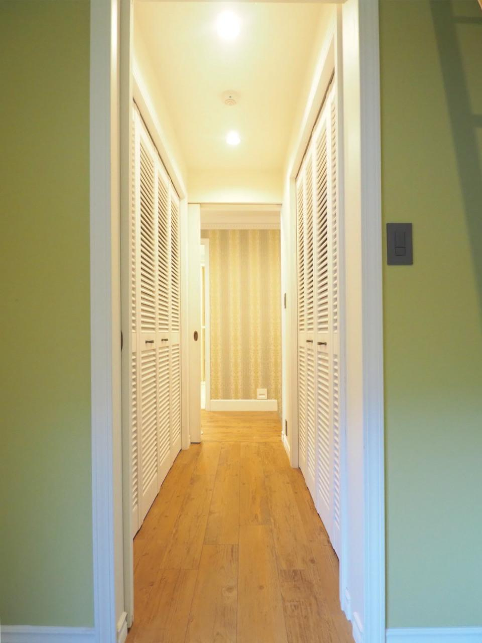 廊下には収納。鎧戸の扉が可愛い。