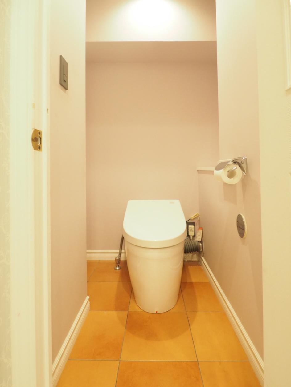 トイレの床はタイル貼り。
