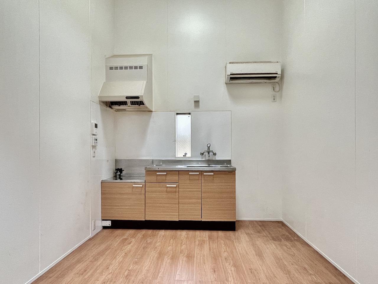 洋室。天井は高いシンプルな空間。