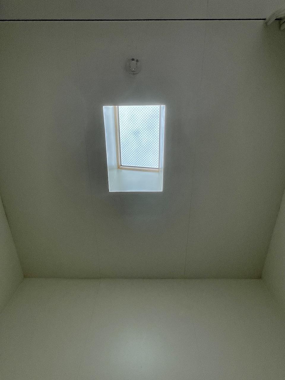 天窓から微かな光入ります。