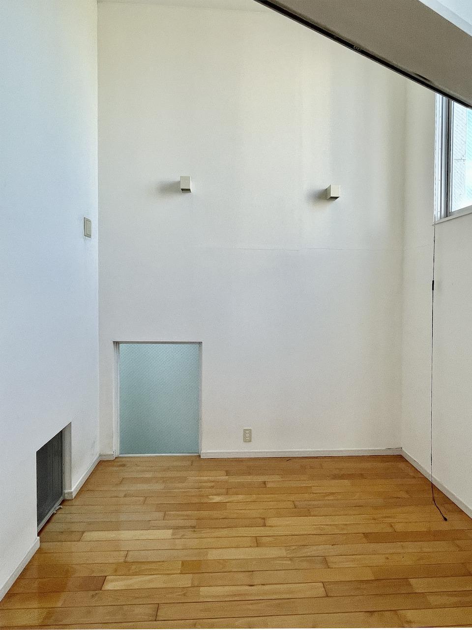 5階洋室からさらに階段登ると高い天井の洋室。