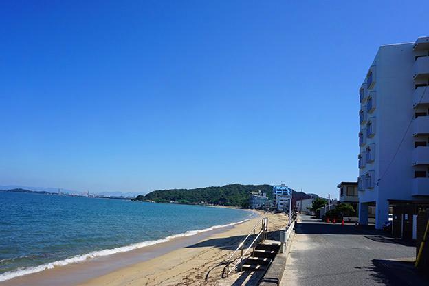 マンション前の砂浜。海とこの距離感で、駅まで徒歩5分。稀有な立地です。