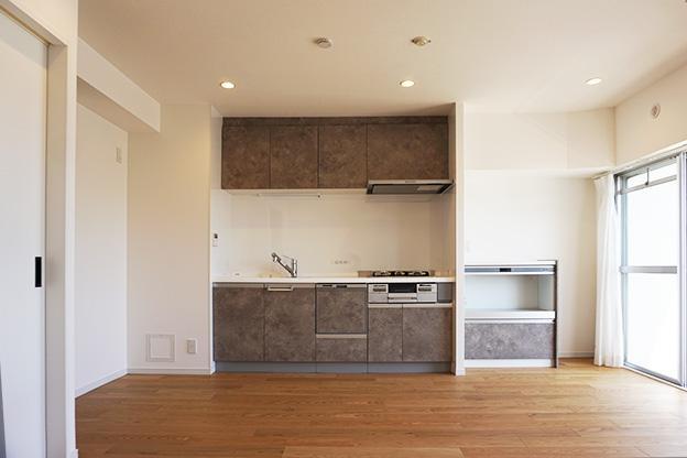 キッチンを正面からパシャリ。食洗機もついて使い勝手が良さそう。