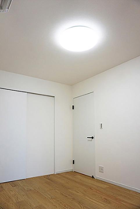 リビングと繋がったお部屋。玄関側から入ることが出来るドアがあるのが便利ですね。