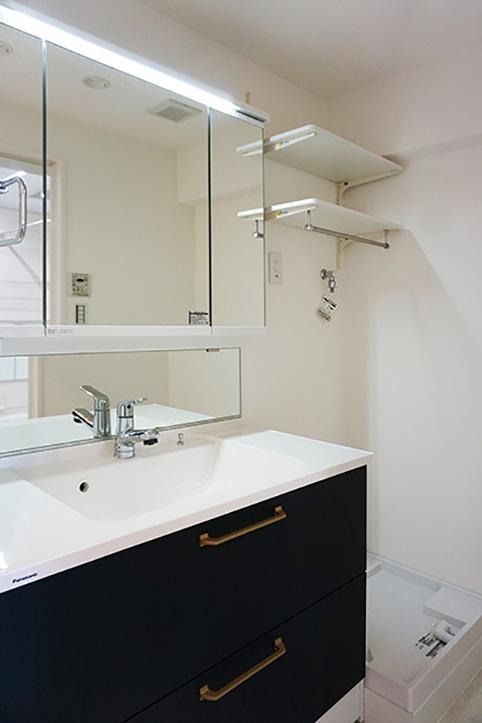 スッキリしたデザインの洗面化粧台。鏡がワイドなのが嬉しいですね