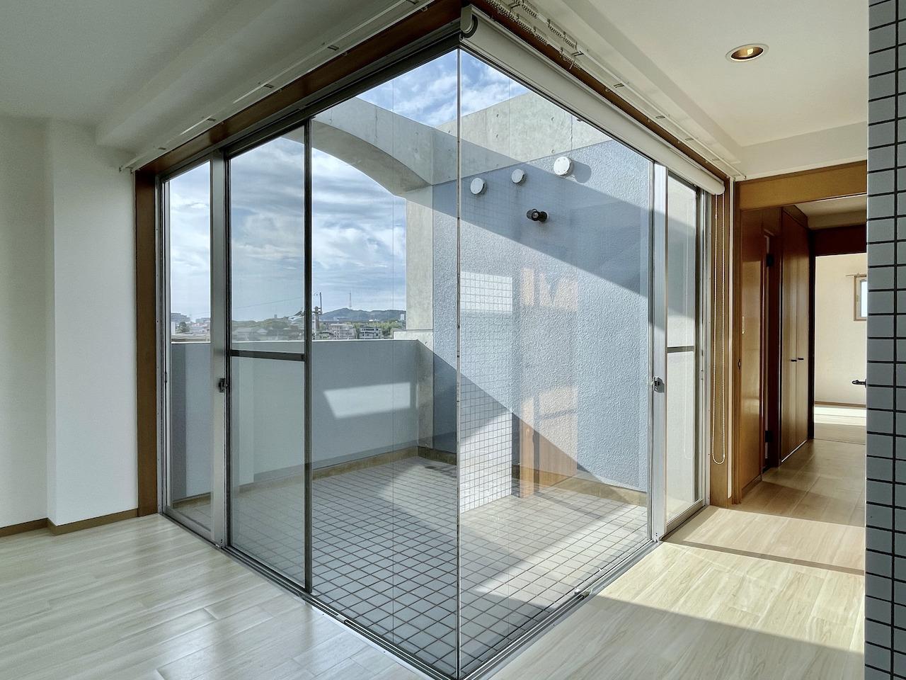 ガラス張りのテラス。癒し空間を作り上げてください。
