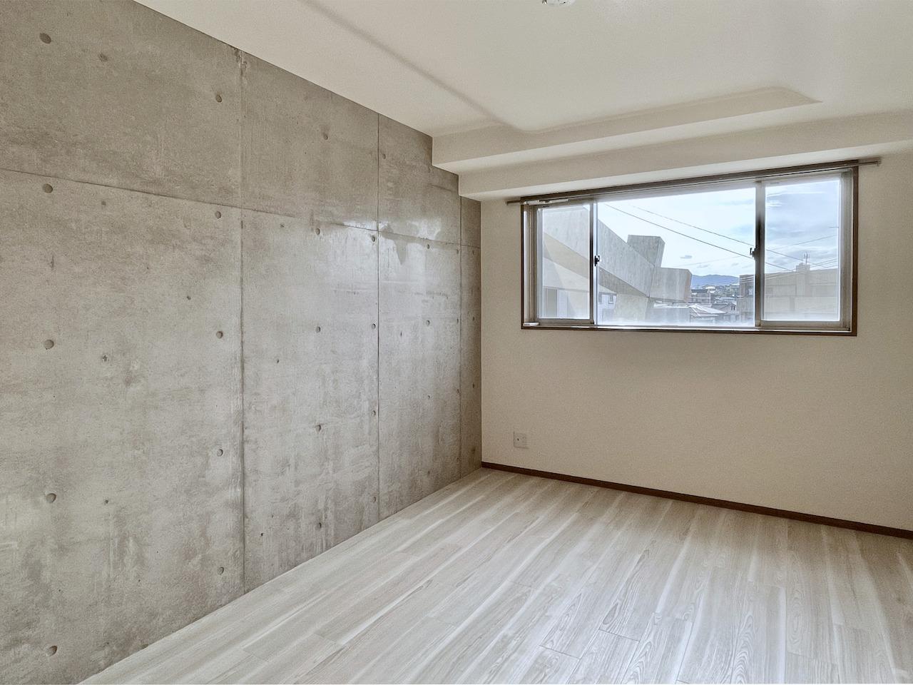 1階洋室2。コンクリートの壁。