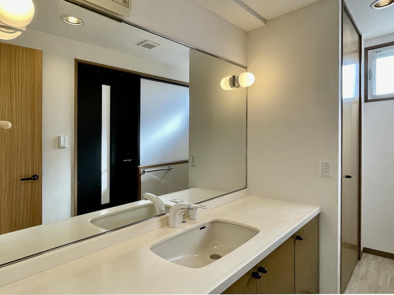 大きい鏡の洗面所。