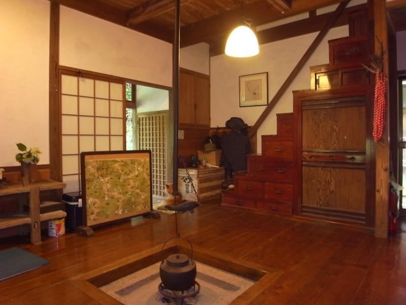平成元年築の囲炉裏のあるリビング。2階へは階段箪笥を使って。