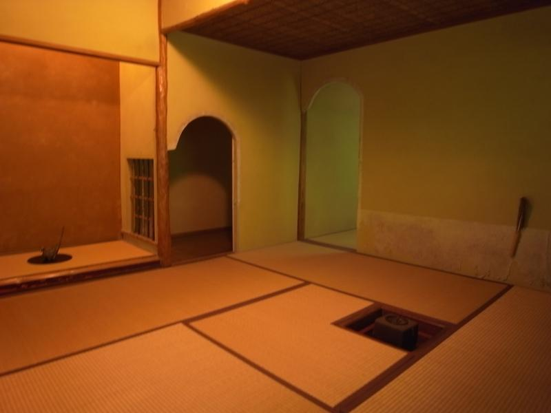 移築した茶室は文化財に匹敵する内容。広間、小間(写真)、水屋があります。