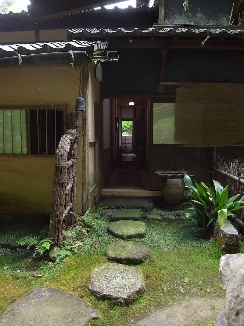 玄関に向かって左手が茶室、右手が居室。違和感なく融合しています。