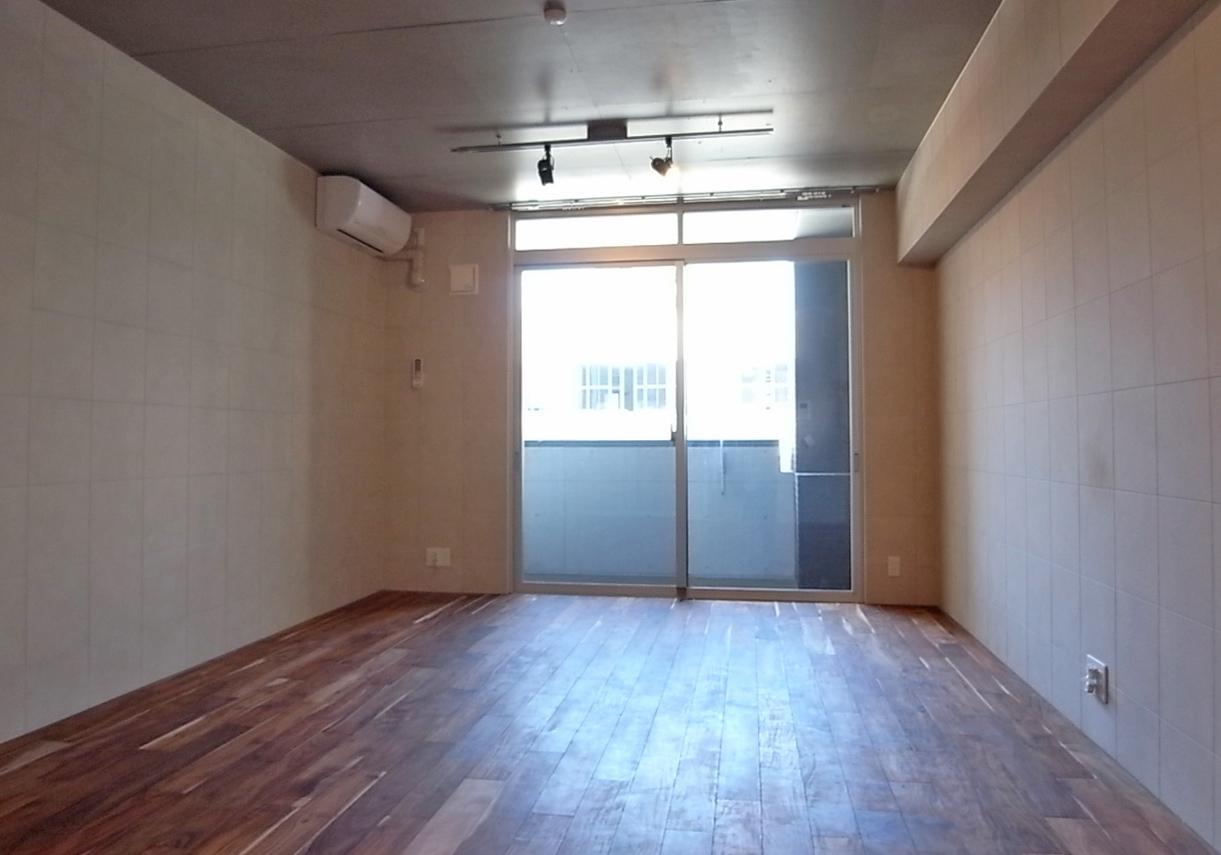 さりげなく天井部まで開口の窓も良し。