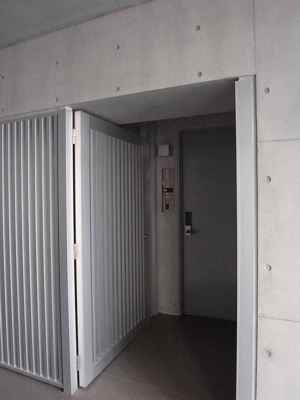 廊下から一歩入り込む玄関。