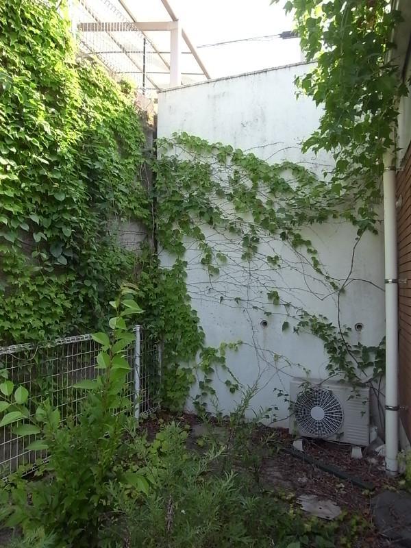 側面のバルコニーは緑に侵食されつつあります・・。