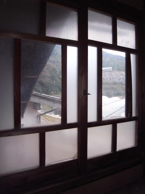 納屋の2階は一部、居室になっていますが、かなり手を入れる必要あり。