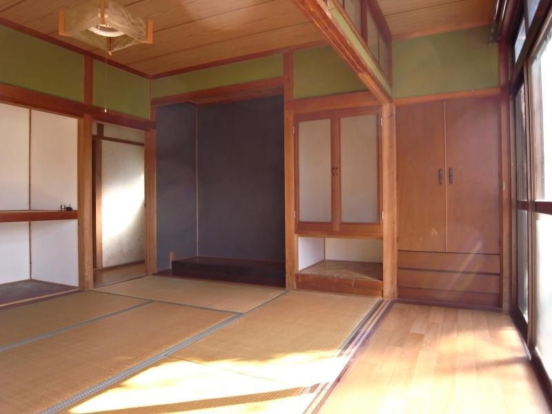 メインの和室と縁側。建具は張り替えのため外されています。