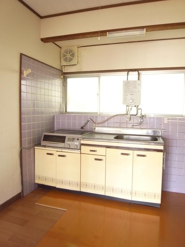 かわいいキッチン。小さめの食卓なら置けます。