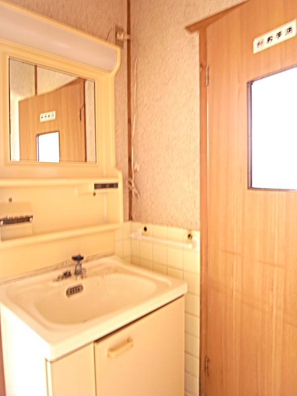 写真の洗面台とトイレは新品に交換済み。