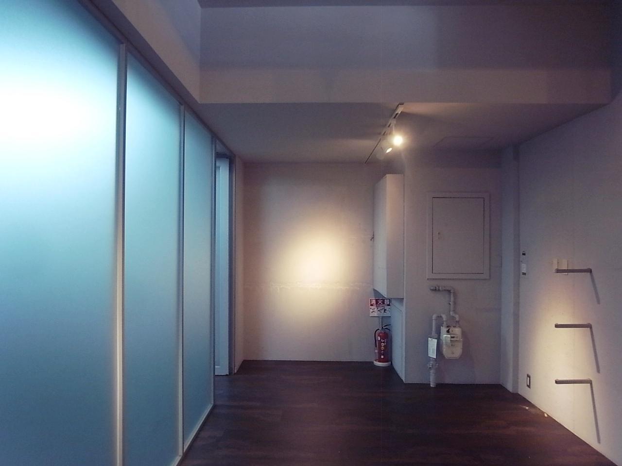 左の磨りガラスの向こうはオフィスになってます。