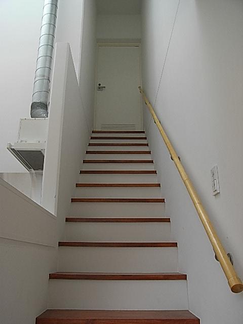 3階へと続く階段