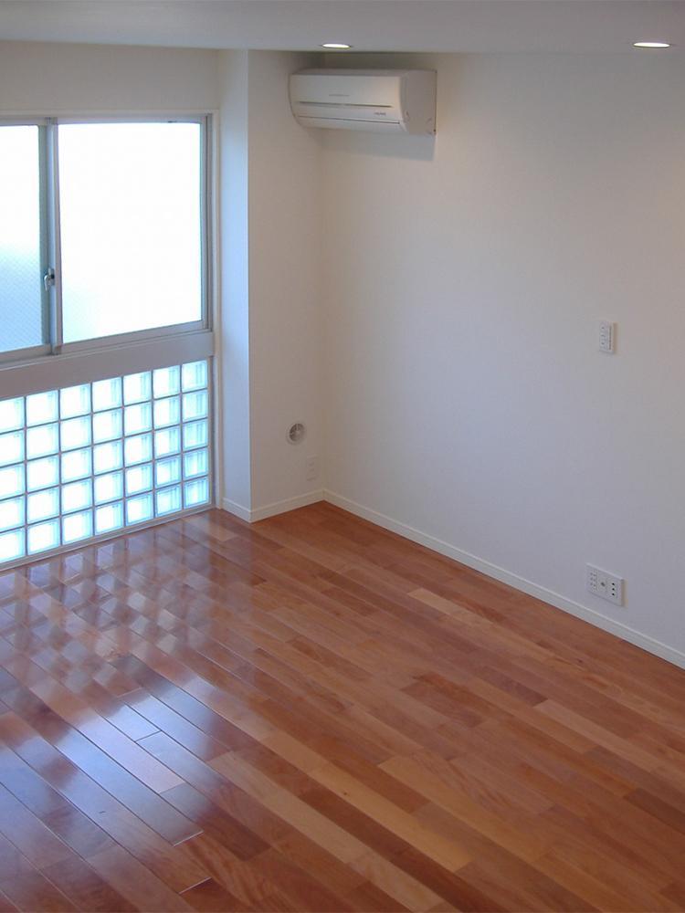 窓とガラスブロックで光差し込む1階洋室