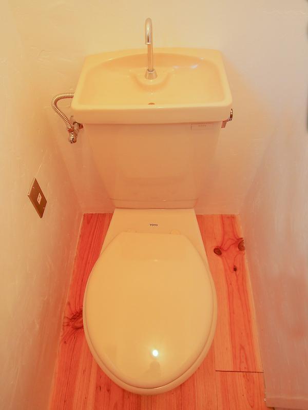 トイレにも無垢フローリング