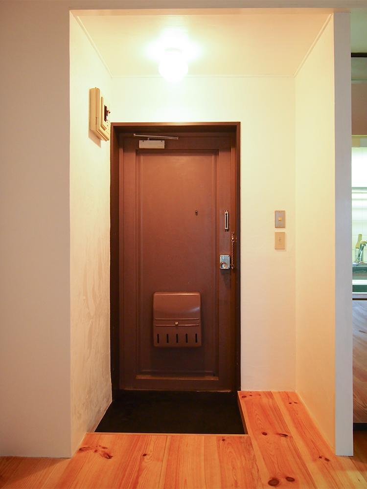 玄関はキリッと引き締まる黒モルタル