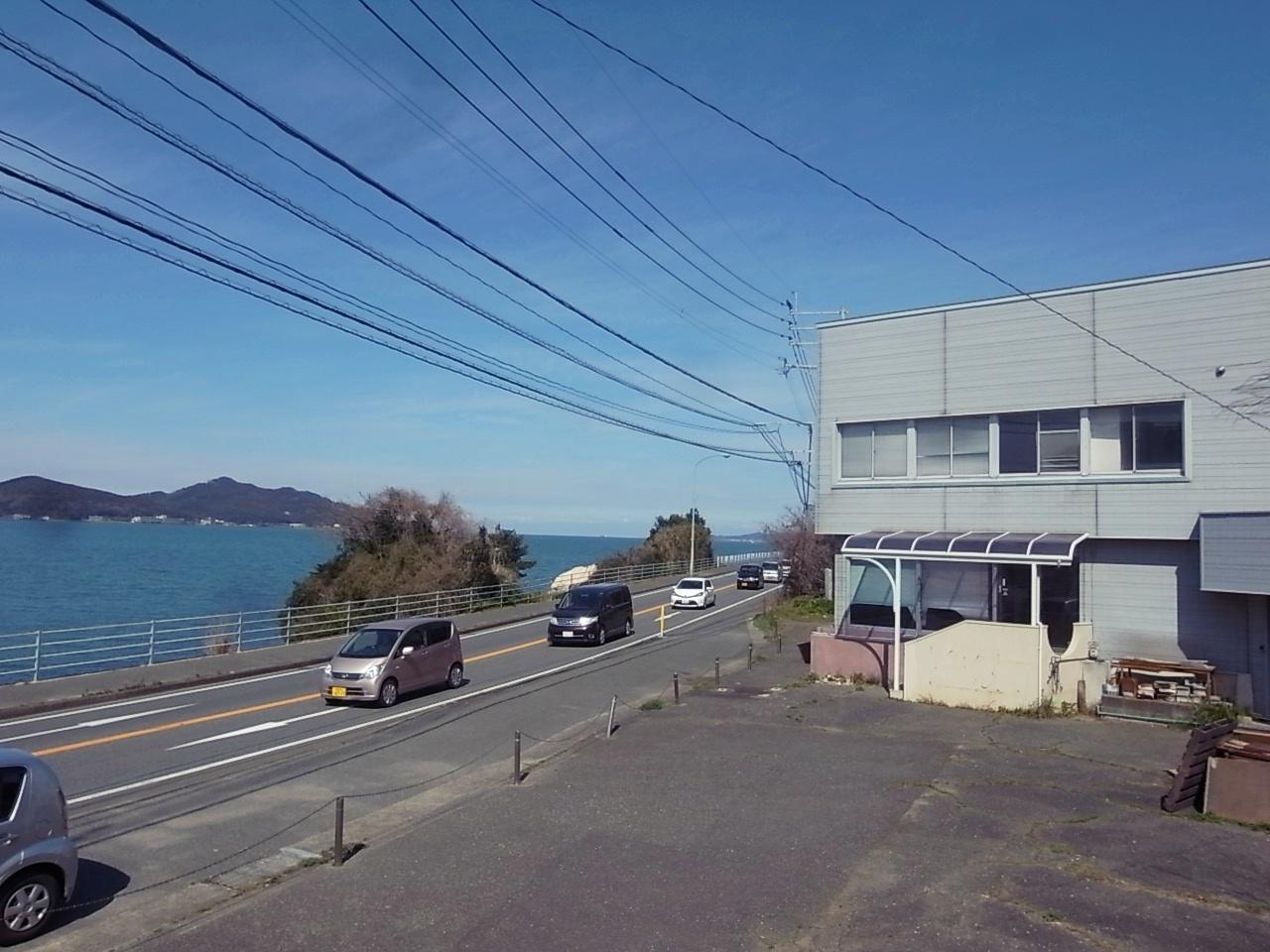 海と道路と建物。こんな位置関係。