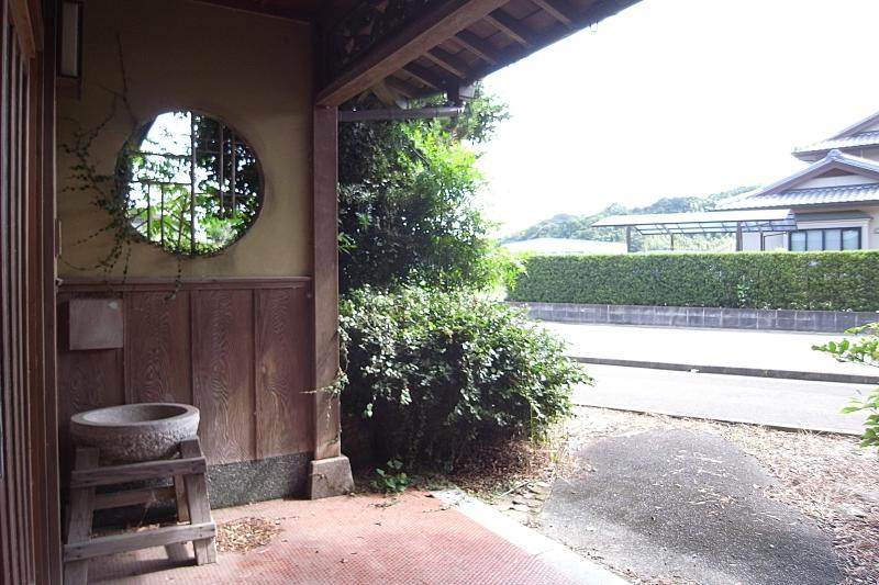 玄関が2つあり、こちらは今の県道が整備された後に設けられたと思われます。