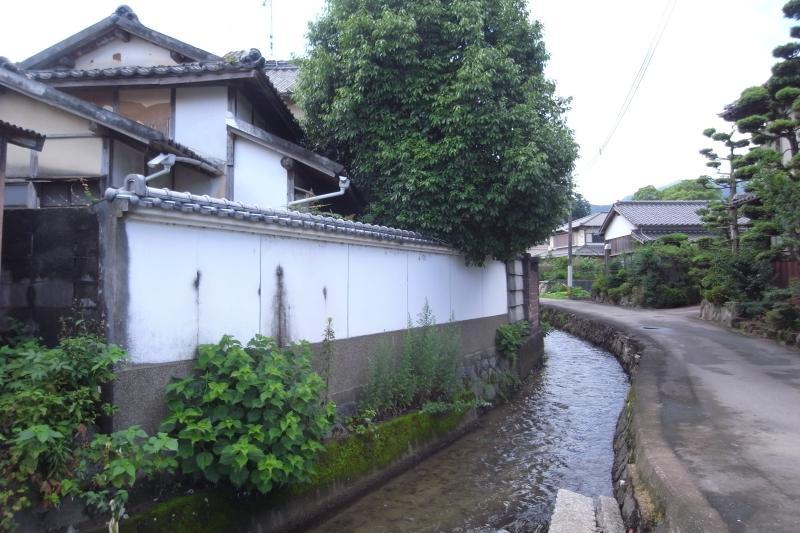 建物裏手は澄んだ水が流れる水路。かつてはこちらが表通りで、玄関も橋を介してこちら側にありました。