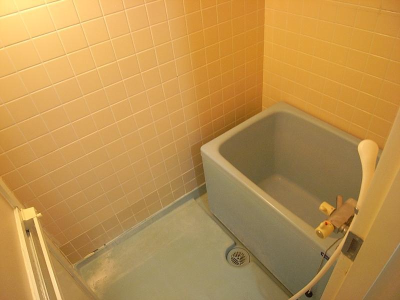 浴室は狭めです。