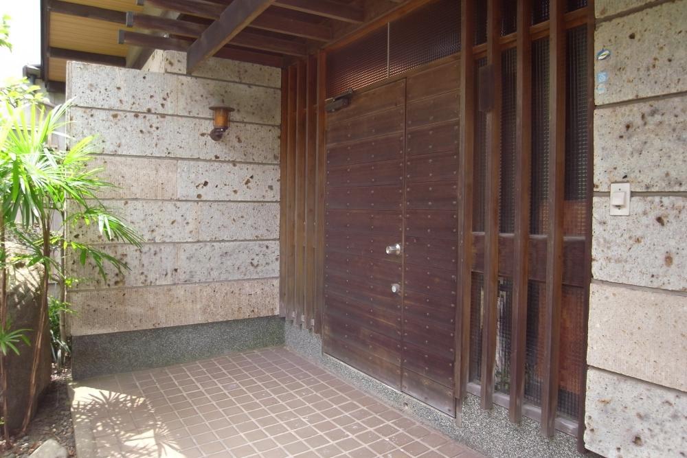 ダブル施錠の木の玄関ドアがモダンです。
