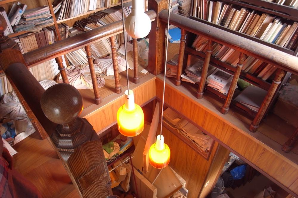 書庫2階の階段部分。手すりは、かつて九大の木造施設に使われていたもの。