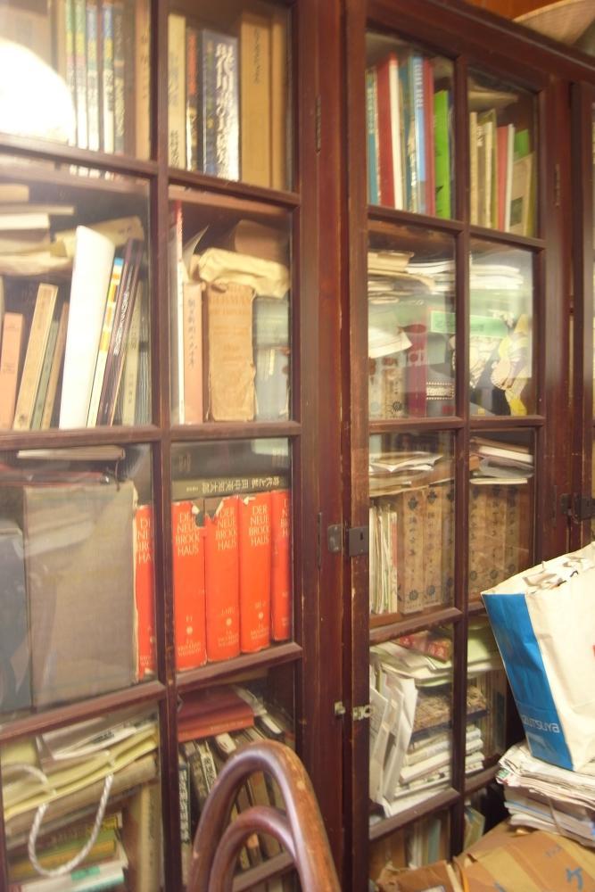 古い木製の書棚。書庫も含め、蔵書の多い方には重宝するはず。