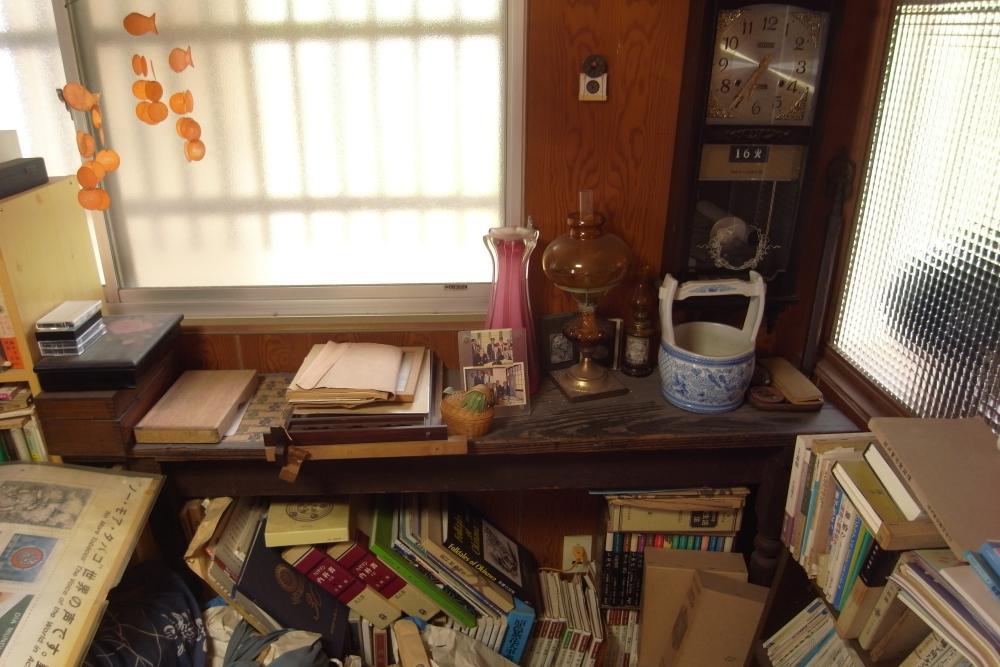 玄関脇のオープンスペースは本に埋もれていますが、いろいろ使えそうです。
