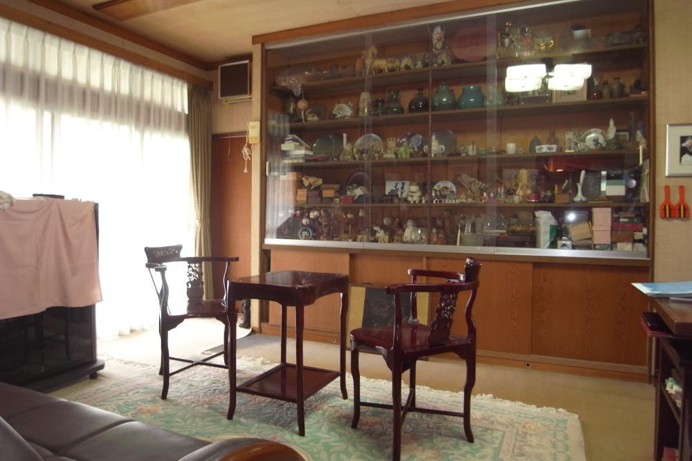 リビングの壁面は造り付けの飾り棚。写真右手に食卓、キッチンと続いています。