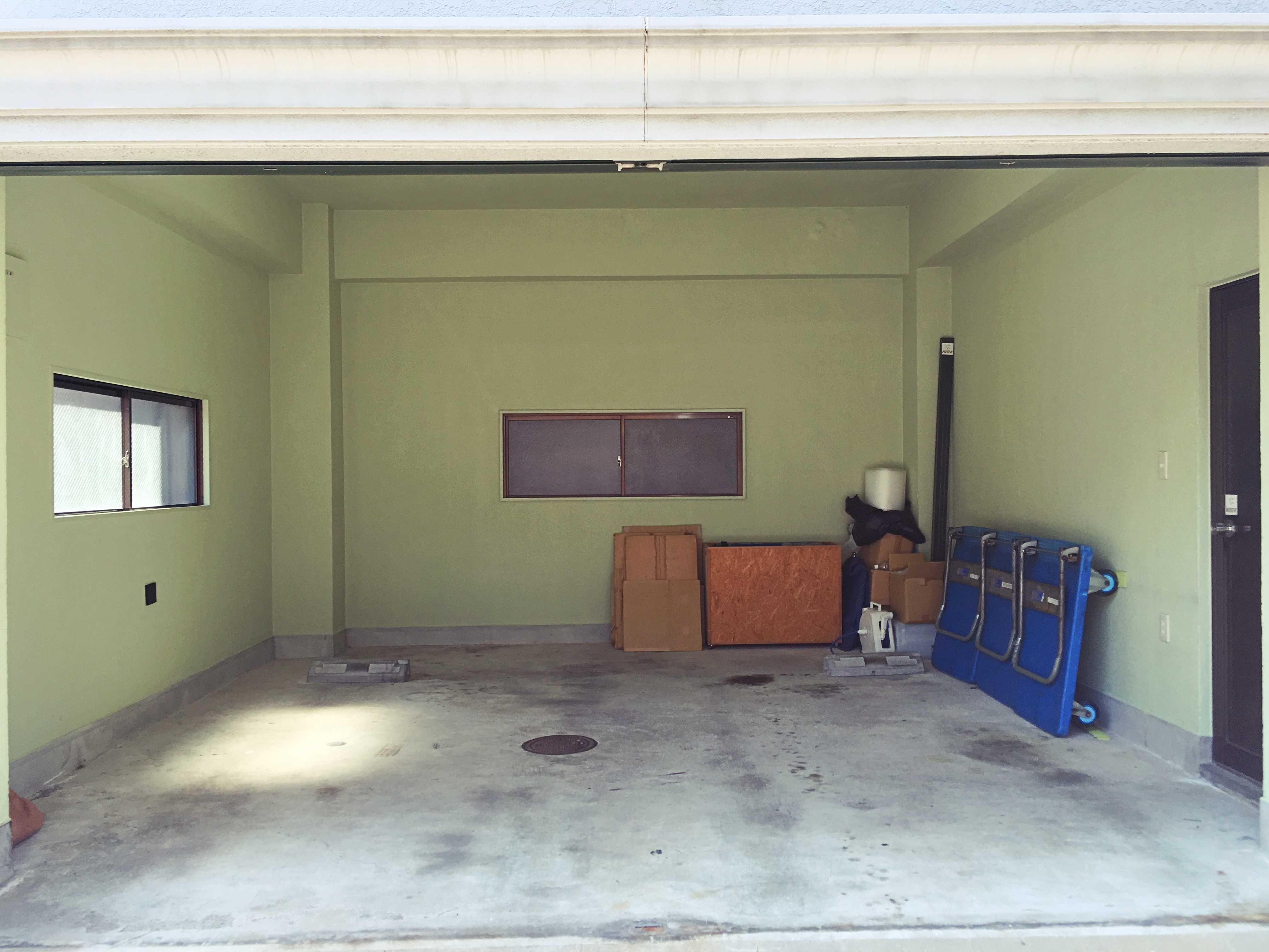 3面開口。右側の扉から2階のお手洗いが利用可能。