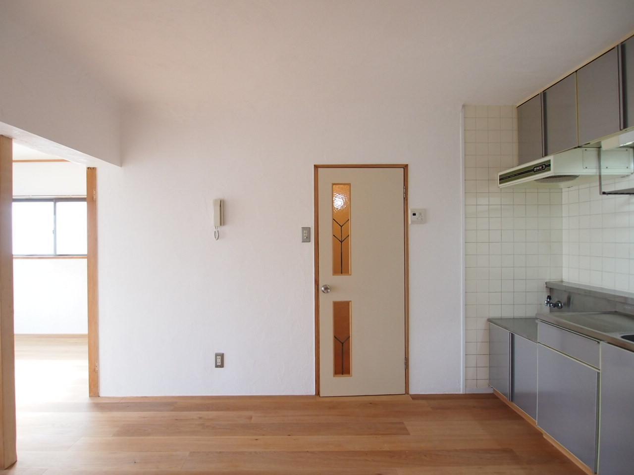 ステンドグラスが可愛らしい脱衣所への扉