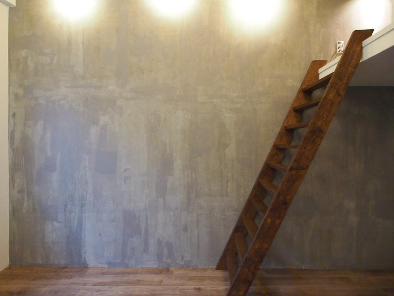 ロフトへと続く木製の梯子
