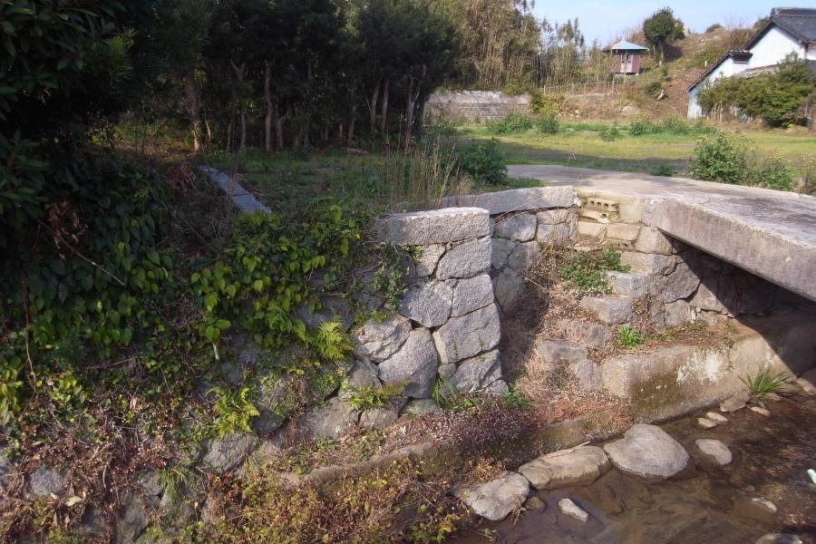 敷地の一角には川へ下りる石の階段が。いい風情です