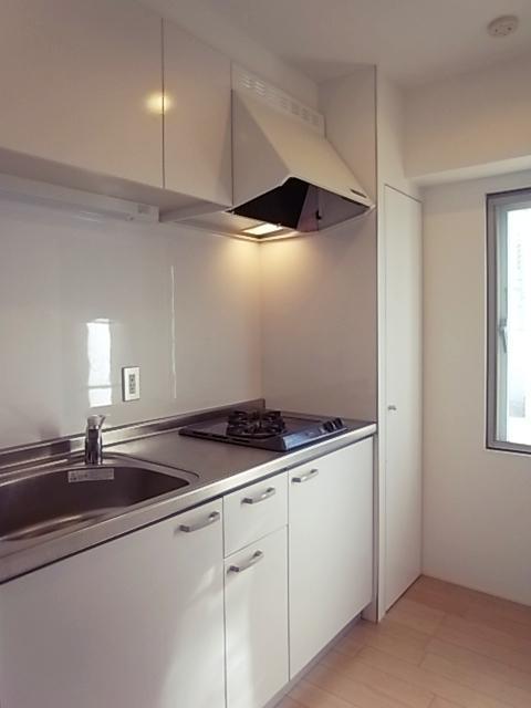 キッチンは2口コンロ。背面に冷蔵庫置場。