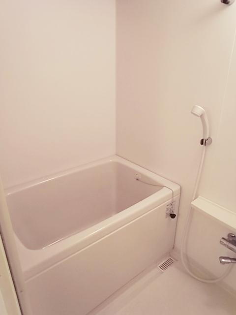 お風呂は単身用。シングルレバーです。